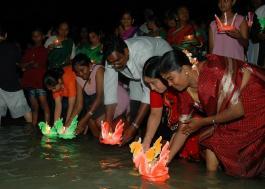 Люди. Индийский фестиваль фонариков.