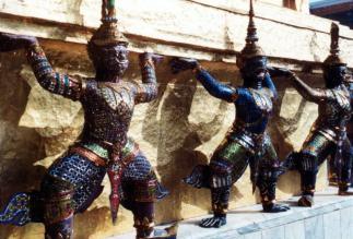 Бангкок. Королевский дворец. Фигурки демонов.
