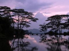 Канди. Вечер над озером.